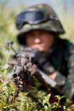 Il soldato ha mirato la pistola per mirare a immagini stock libere da diritti
