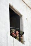 Il soldato israeliano osserva attraverso i vetri di campo Immagini Stock