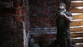 Il soldato prepara le uniformi stock footage