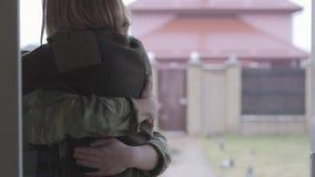 Il soldato ritorna a casa Un'amica o una moglie amorosa incontra il suo amante in uniforme militare che ritorna dall'esercito stock footage