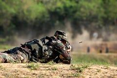 Il soldato sta sparando il fucile Immagini Stock