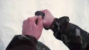 Il soldato tiene in sua mano una granata di addestramento mentre passa gli esercizi militari nell'esercito, fondo della neve clip fotografie stock libere da diritti