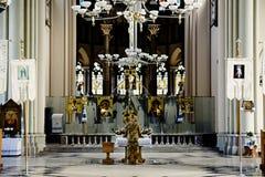 Il soldato ucraino in una cattedrale di Leopoli sta ad un altare nella forma militare Fotografia Stock