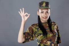 Il soldato in uniforme del cammuffamento sembra il segno giusto Fotografia Stock Libera da Diritti