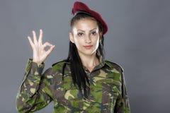 Il soldato in uniforme del cammuffamento sembra il segno giusto Fotografie Stock
