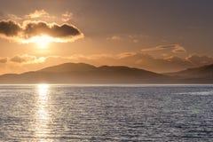 Il sole cade sotto una nuvola lungo il lago Fyne in Argyll Scozia fotografia stock libera da diritti