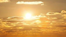 Il sole che galleggia nelle nuvole al tramonto stock footage