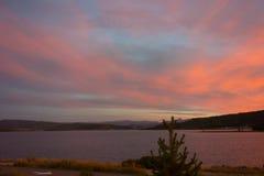 Il sole che mette sopra un lago della montagna nell'estate Fotografia Stock Libera da Diritti