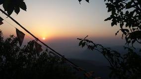 Il sole compare sulla cima della collina del siripade con l'orma del Buddha fotografia stock libera da diritti