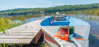 Il sole dell'estate splende Chiuda su della parte frontale di piccola barca ben utilizzato e di alluminio Immagine Stock Libera da Diritti