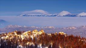Il sole di Dawny accende la cresta rocciosa nella valle blu lilla il TL 4K della montagna video d archivio