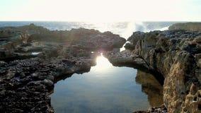 Il sole di sera riflette in un'acqua, il sal Lawrence, Malta archivi video