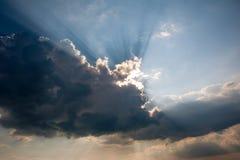 Il sole dietro la nuvola di tempesta Fotografia Stock Libera da Diritti