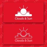 Il sole e le nuvole bianchi firmano su un cartellino rosso Fotografia Stock