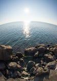 Il sole e le pietre sul Mar Nero in Bulgaria Fotografia Stock Libera da Diritti