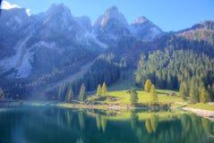 Il sole fantastico di autunno si accende sul lago Gosausee della montagna Immagini Stock