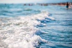 Il sole luccicante splende sul fondo marino Onda selvaggia sul mare Immagini Stock Libere da Diritti