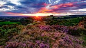 Il sole mette dietro la guarnizione di Roseberry, North Yorkshire fotografia stock libera da diritti