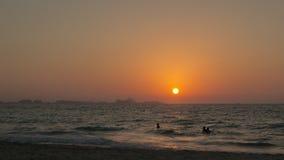 Il sole mette sopra l'orizzonte sulla spiaggia video d archivio