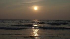Il sole mette sulla riva dell'Oceano Indiano Tramonto 4K stock footage