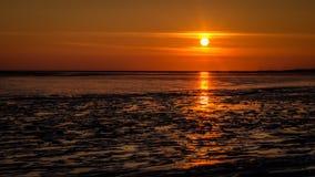 Il sole quasi ha messo alle rive di Schiermonnikoog Fotografie Stock