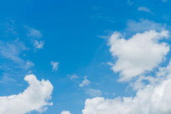 Il sole si appanna il cielo durante il fondo di mattina Blu, cielo pastello bianco, luce solare del chiarore dell'obiettivo flou Immagini Stock