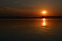 Il sole sopra il fiume Immagini Stock