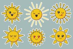 Il sole sorridente sveglio di vettore affronta per progettazione del bambino illustrazione vettoriale