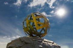 Il sole splende attraverso una palla del nastro di rame e bronzeo fotografia stock libera da diritti