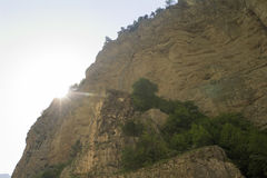 Il sole sta venendo da dietro la montagna nella gola di Chegem, Cabardino-Balcaria, Russia Immagini Stock Libere da Diritti