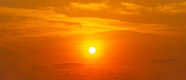 Il sole sul fondo arancio della natura di panorama della nuvola e del cielo fotografia stock