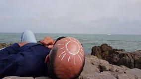 Il sole sulla testa calva di un uomo archivi video