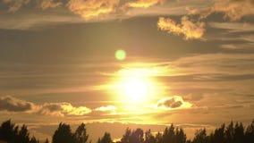 Il sole va alla deriva fuori dall'orizzonte archivi video