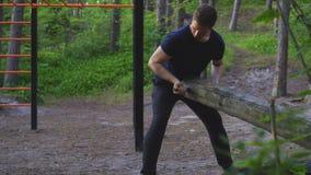 Il sollevamento dell'uomo entra il concetto di sport della foresta archivi video