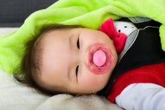 Il sonno del bambino succhia con la tettarella Fotografie Stock