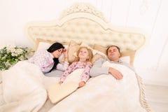 Il sonno del papà, della mamma e mia figlia non possono svegliarli su o andare aslee Fotografia Stock Libera da Diritti