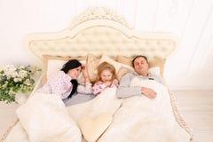 Il sonno del papà, della mamma e mia figlia non possono svegliarli su o andare aslee Immagine Stock Libera da Diritti