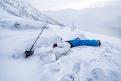 Il sonno dell'alpinista dell'uomo muore sulla cresta della neve Fotografie Stock Libere da Diritti