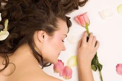 Il sonno della donna di bellezza con è aumentato Fotografie Stock Libere da Diritti