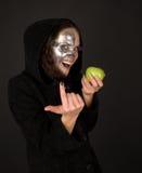 Il sorceress Two-faced con la mela tenta Fotografia Stock Libera da Diritti