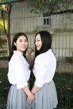 Il sorriso cinese della studentessa della High School dell'Asia di bellezza adorabile di Bestie gode del tempo libero sul miglior Fotografie Stock Libere da Diritti