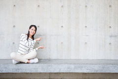 Il sorriso della donna di bellezza e si siede Fotografia Stock Libera da Diritti