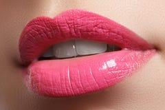 Il sorriso femminile felice del primo piano con i denti bianchi sani, labbra rosse luminose prepara Cura di cosmetologia, di odon Immagine Stock