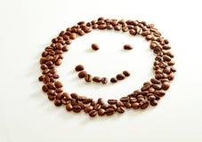 Il sorriso ha modellato i chicchi di caffè isolati su bianco fotografia stock