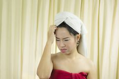 Il sorriso sostituto della donna, triste, divertente, porta una gonna per coprire il suo seno dopo i capelli del lavaggio, avvolt fotografie stock libere da diritti