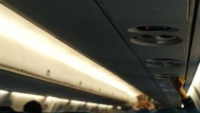 Il sorvegliante di volo mostra la sicurezza a bordo degli aerei, passeggeri regola il flusso di aria video d archivio