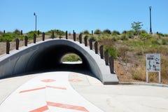 Il sottopassaggio di area di Bosque a cadenza permette che le biciclette ed il pedone viaggino senza impedimenti immagine stock