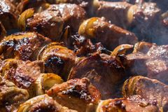 Il souvlaki dell'agnello del BBQ infilza la ricetta Kebab dell'agnello Pezzi marinati immagini stock libere da diritti