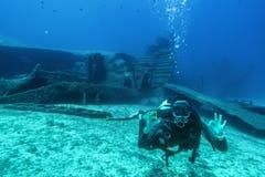 Il subaqueo durante il relitto si tuffa la Grecia fotografia stock libera da diritti