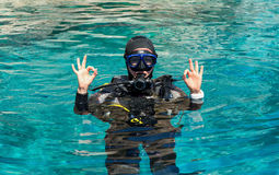 Il subaqueo femminile mostra il doppio segno GIUSTO fotografia stock